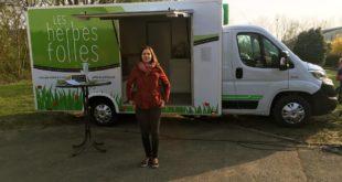 Tiphaine Fatou, chroniqueuse dans Les Mains se livrent, devant son atelier mobile, Les Herbes folles.